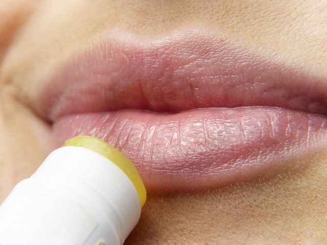 Cara Menghilangkan Garis Hitam di Bibir